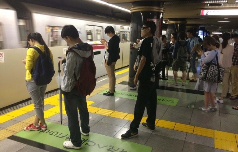 Gente en el metro de Tokio - mapas de metro de tokio y jr tokio para imprimir